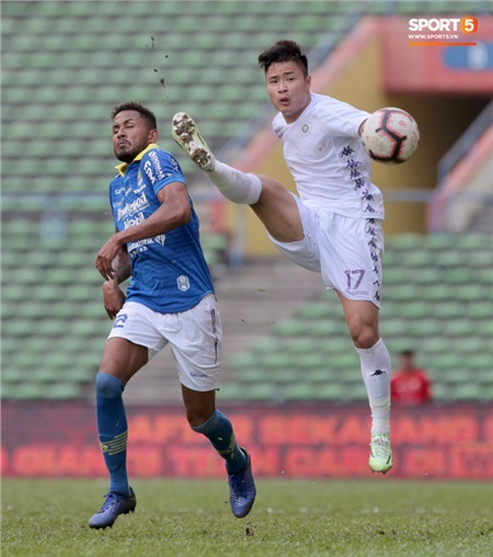 Trong khi đó, Hà Nội FC chấp nhận thất bại thứ hai liên tiếp tại giải, xếp thứ 4 chung cuộc. Họ không ghi được bàn thắng nào sau 2 trận đấu. Điều này phản ánh rõ vấn đề về thể lực và sự thiếu vắng những nhân tố chủ chốt của đội như Quang Hải, Đình Trọng, Thành Chung.
