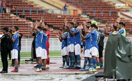 Sau khi có thông tin trên, các cầu thủ Persib Bandung đi ra đường piste cảm ơn các CĐV đã đến sân cổ vũ.