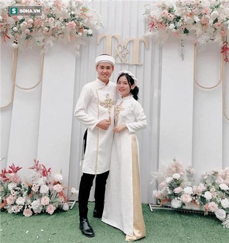 Cả hai cùng bê lễ cho một đám cưới của bạn bè