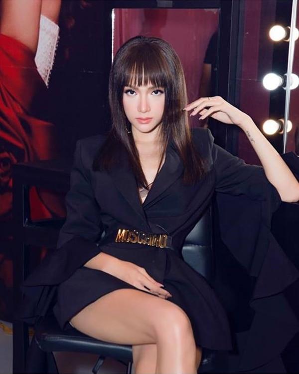 Trước đó, Hương Giang cũng từng hack tuổi với tóc mái bằng cùng phần tóc sau cũng được duỗi thẳng óng mượt. Người đẹp chẳng cần phải cầu kì mà chỉ cần chỉnh sửa chút phần tóc mái cũng đủ khiến các em hot girl chạy dài.