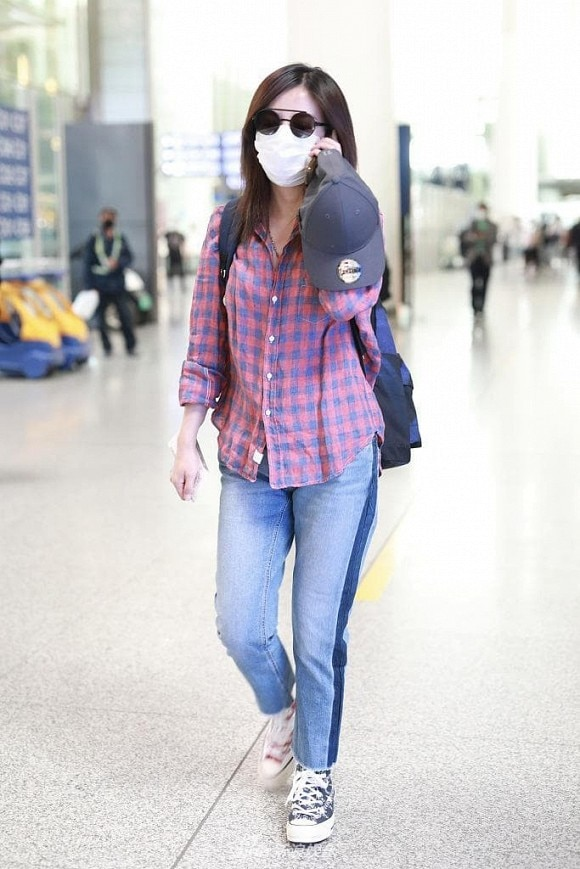 Và hình ảnh mới nhất khi 'Tiểu Yến Tử' diện bộ cánh cũ kĩ, luộm thuộm với chiếc áo sơ mi khá nhàu ra sân bay.