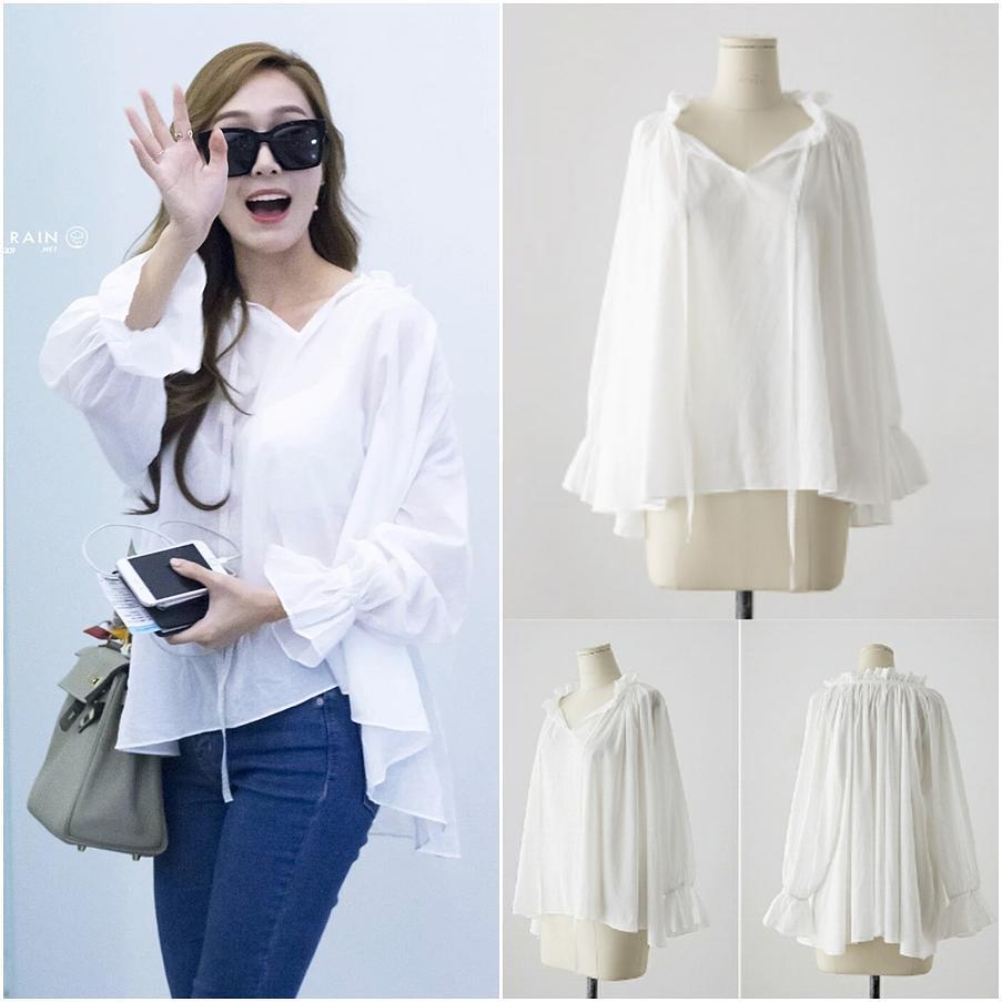 Thiết kế áo blouse trắng tay loe điệu đà như tiểu thư được Jessica mix cùng quần jeans basic, combo mà mọi cô nàng công sở tuổi 25+ đều ứng dụng cho mình và đẹp mọi hoàn cảnh. Thiết kế áo blouse mà Jessica mặc đến từ thương hiệu IMVELY có giá hơn 700.000 VNĐ.