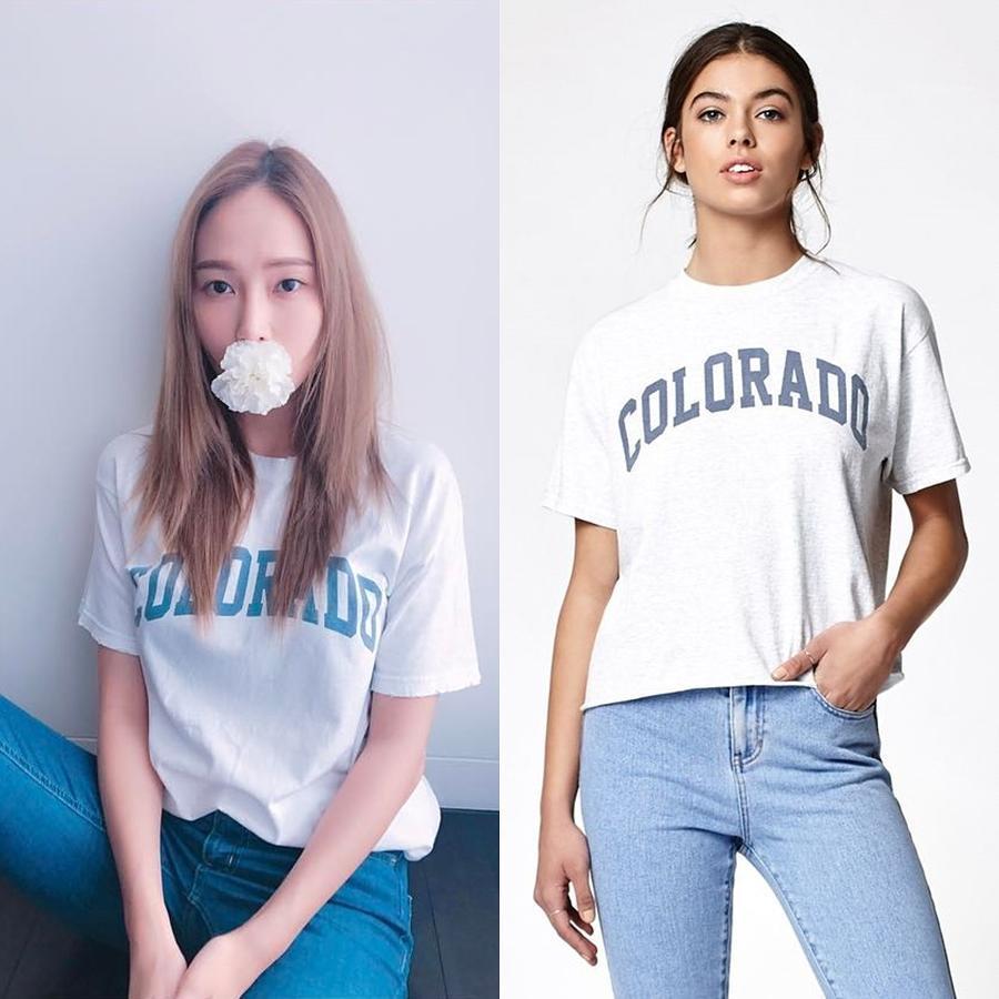 Áo phông trắng in chữ - thiết kế basic đối với mọi cô nàng, được Jessica mix cùng quần jeans xanh cơ bản. Cặp đôi quần jeans + áo phông luôn ghi điểm tuyệt đối với nét trẻ trung năng động hợp mọi độ tuổi. Thiết kế Jessica mặc đến từ nhà mốt Brandy Melville có giá hơn 400.000 VNĐ.