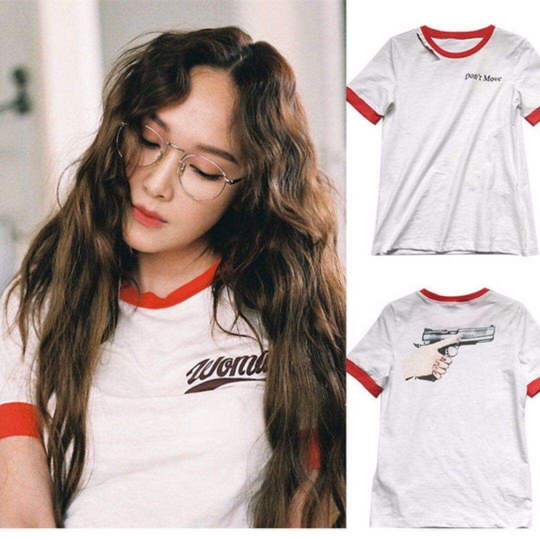 Thiết kế áo phông style thập niên 90 cũng là một trong những món đồ bình dân hiếm hoi của Jessica. Thiết kế có giá hơn 400.000 VNĐ.