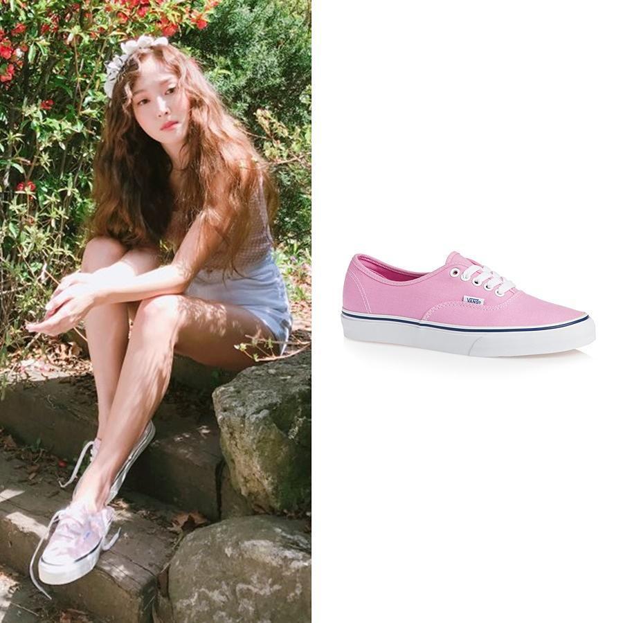Bỏ qua những thiết kế sneakers thời thượng hầm hố, Jessica xỏ chân trong một thiết kế nhỏ nhắn, ngọt ngào với tông hồng phấn điệu đà của Vans, đôi giày quen mặt đến mức nàng nào cũng có thể sở hữu cho riêng mình.
