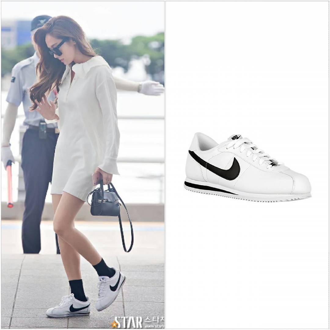 Đôi sneakers Nike trắng matching với bộ váy cổ cánh sen điệu đà mang lại cho Jessica một set đồ ra sân bat vừa năng động gọn gàng mà vẫn không kém phần sang xịn. Đôi sneakers của Nike có giá chỉ hơn 1.6 triệu đồng.