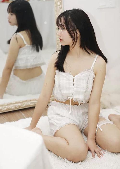 Mẫu đồ ngủ đơn giản, pha phối ren cùng chất liệu cotton thoải mái có giá thành tầm 200 nghìn đồng được nhiều sao Việt yêu thích.