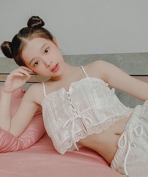 Linh Ka lại chọn cho mình kiểu tóc bới Mickey, tôn lên vòng eo thon gọn, gương mặt trẻ trung.