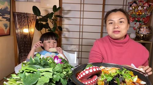 Lâu ngày mới gặp lại: Bé Sa lên sóng cùng mẹ Quỳnh Trần trong vlog ăn lẩu thái, nói tiếng Việt như sáo