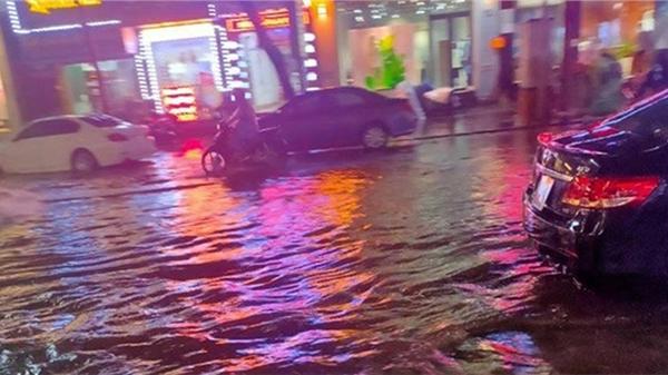 Cơn mưa giải nhiệt sau chuỗi ngày nắng nóng đỉnh điểm khiến Hà Nội 'phố cũng như sông'