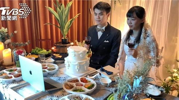 Cặp đôi tổ chức hôn lễ trực tuyến, các suất ăn phục vụ được giao trực tiếp đến nhà khách mời