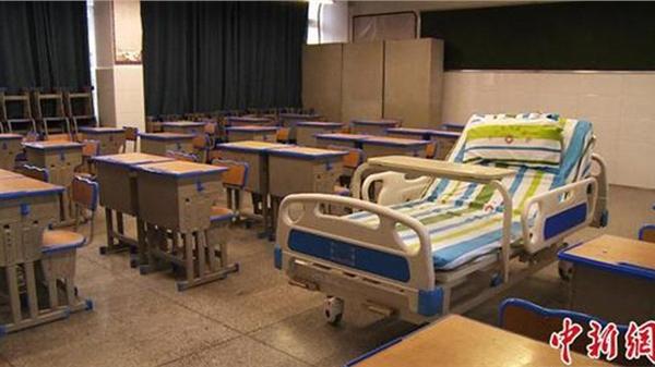 Mắc bệnh viêm tủy xương, thí sinh tham gia kỳ thi trong phòng riêng, ngồi trên giường đặc biệt