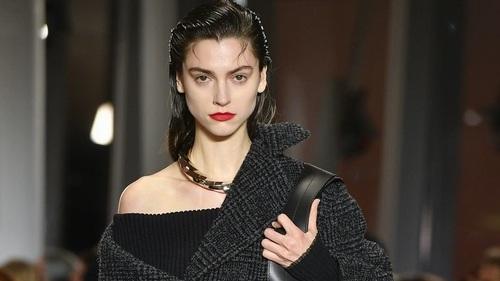 Áo trễ vai bất ngờ thống trị các sàn diễn trong tuần lễ thời trang Thu Đông New York Fashion Week 2020