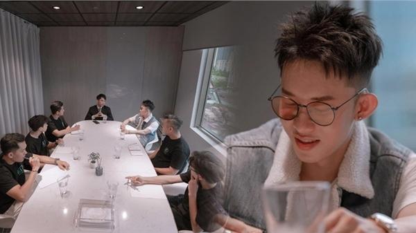 Tung ảnh họp công ty đầy 'giả trân', Sơn Tùng tiếp tục bị netizen 'cà khịa làm màu', thắc mắc việc Hải Tú vắng mặt