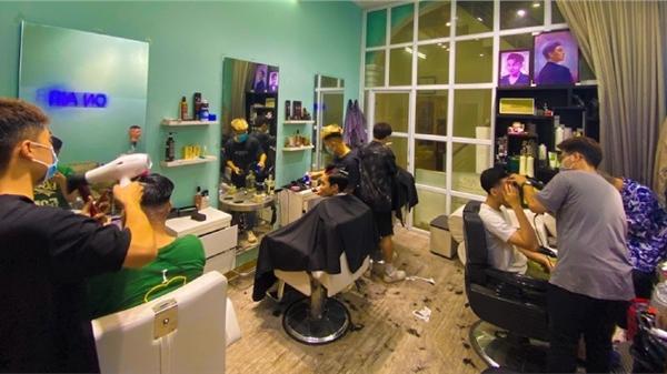 Ngày đầu mở lại tiệm cắt tóc ở Hà Nội: Khách order lia lịa, chủ quán phấn khởi sau chuỗi ngày tạm dừng