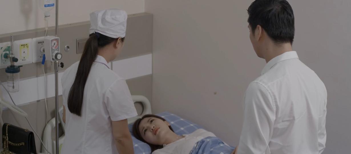 Cô nàng vờ vịt xin bác sĩ cứu lấy đứa con trong bụng.