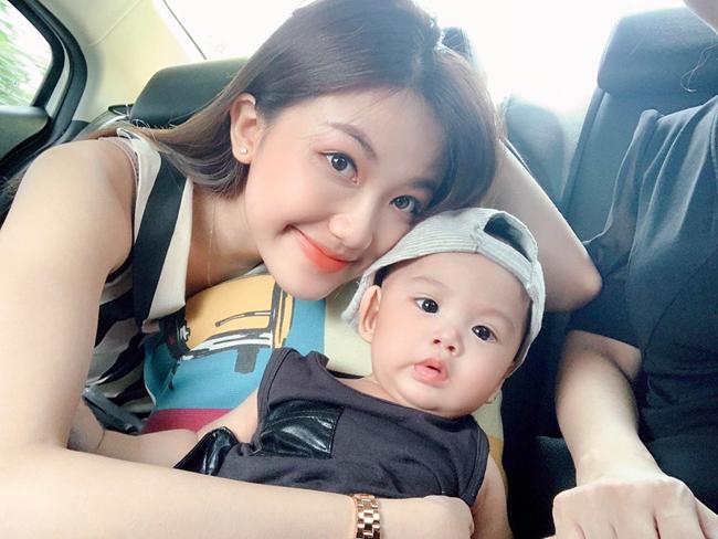 Liệu đây có phải là con của Trà? Nếu nhìn kỹ sẽ thấy trong bức ảnh, người mặc áo đen lái xe rất có thể là Thái.