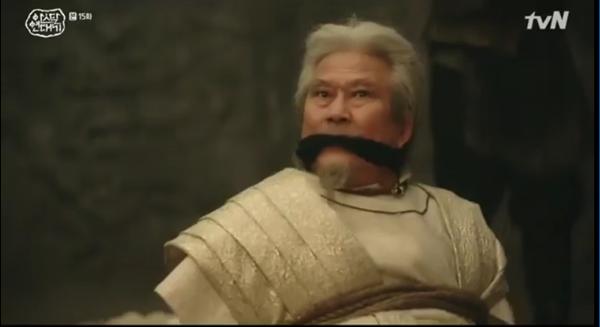 Hành động lấy khăn bịt miệng Asa Ron làm Ta Gon nghi ngờ Asa Ron đã nói cho Mung Tae bí mật về thân thế mình