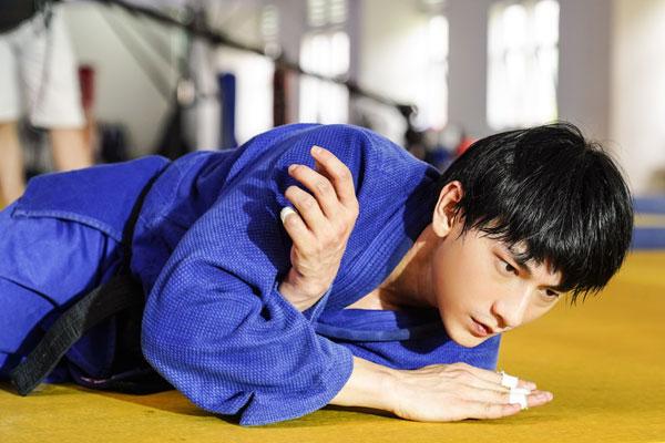 Quá nhập vai vận động viên Judo trong 'Anh trai yêu quái', Isaac khiến đoàn phim khiếp sợ vì gặp ai cũng muốn vật 2