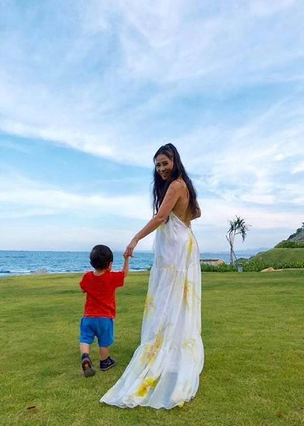 Sau 4 năm làm mẹ, ca sĩ Thu Minh lần đầu để lộ ảnh cận mặt con trai 6