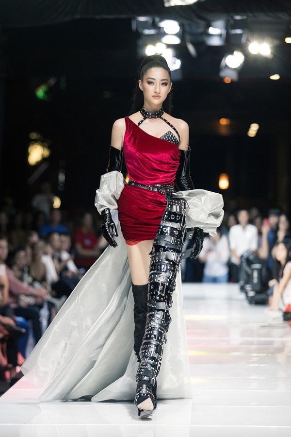 Sau đăng quang chưa lâu, Lương Thùy Linh đã nâng hạng kỹ năng catwalk với thần thái đỉnh cao thế này 0