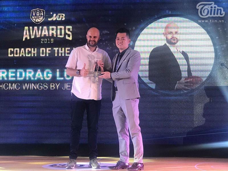 Thuyền trưởng của Hochiminh City Wings vinh dự nhận giải thưởng HLV của năm