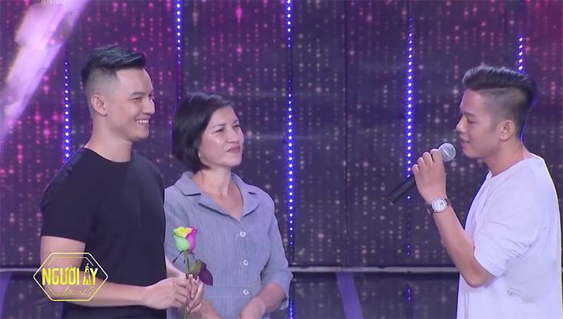 Đức Hiền (phải) không ngại thể hiện tình cảm của mình với Sơn Tùng trên sóng truyền hình.