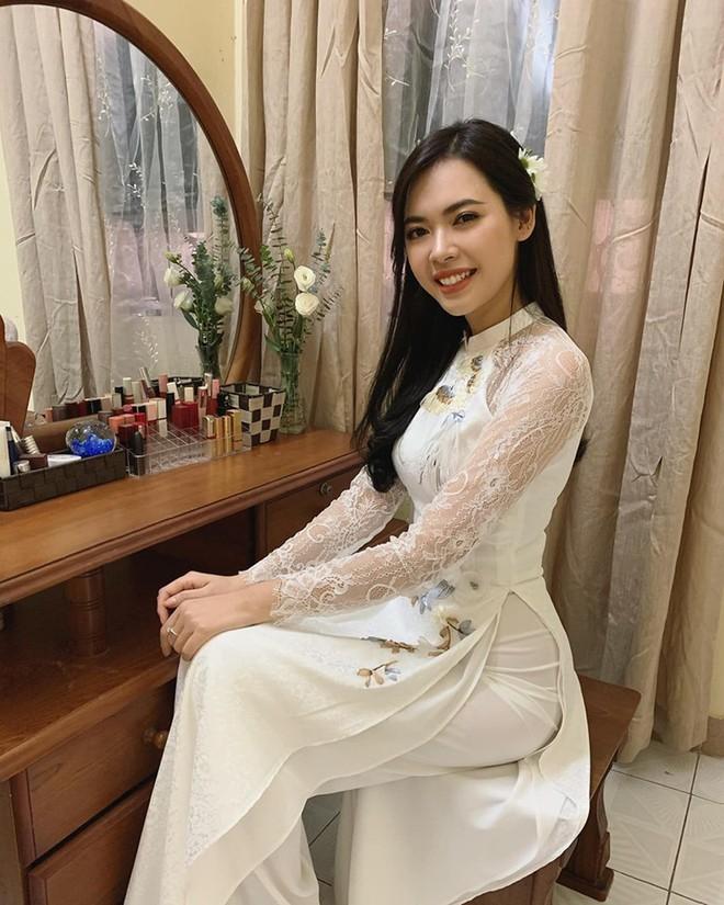 Bùi Thanh Hằng rạng ngời hạnh phúc trong lễ ăn hỏi.