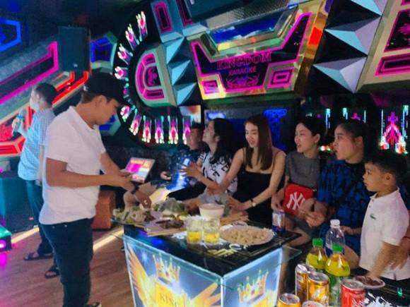 Gia đình Trường Giang đi hát karaoke