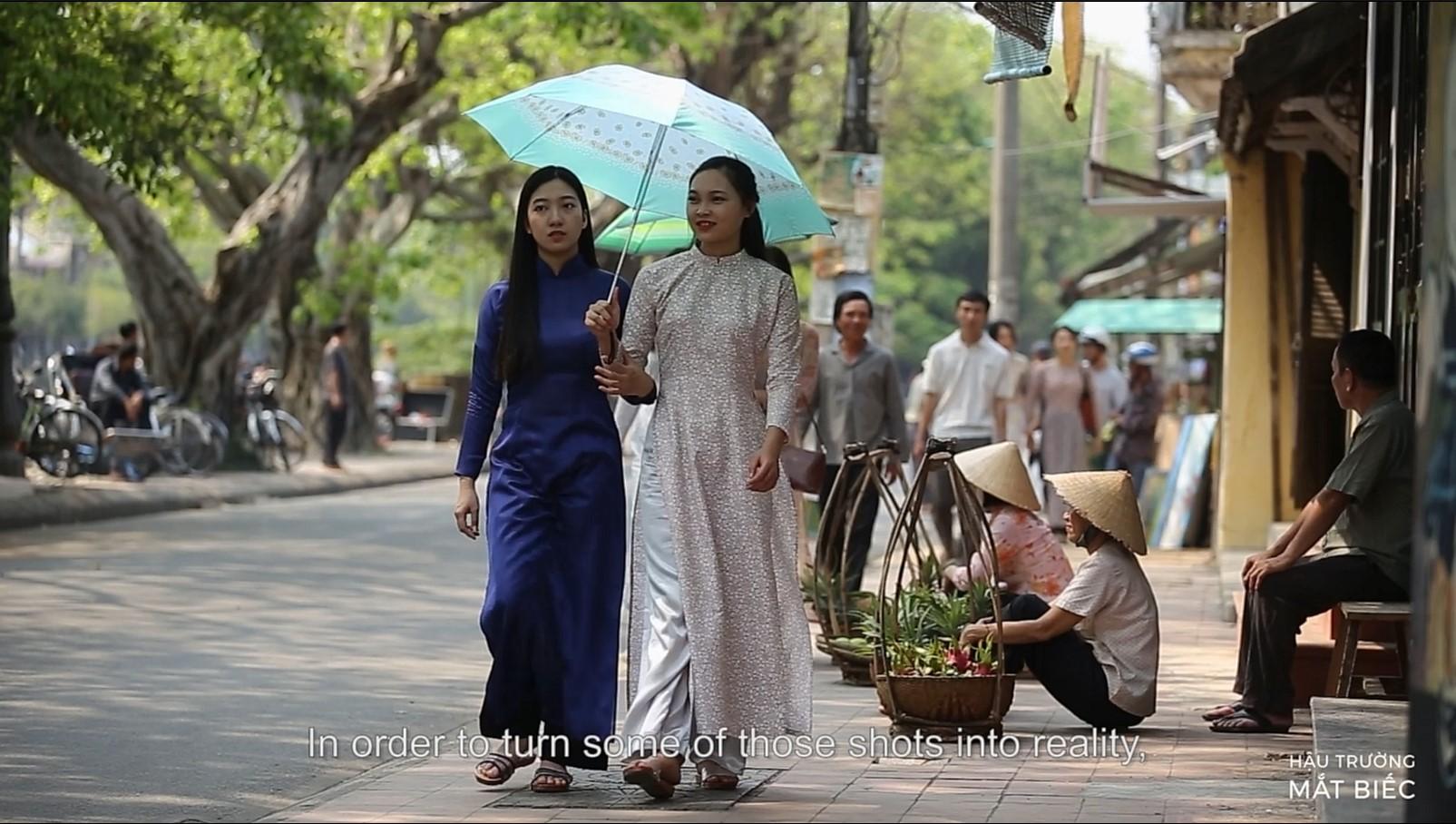Các 'nàng thơ xứ Huế' thả dáng trên đường.