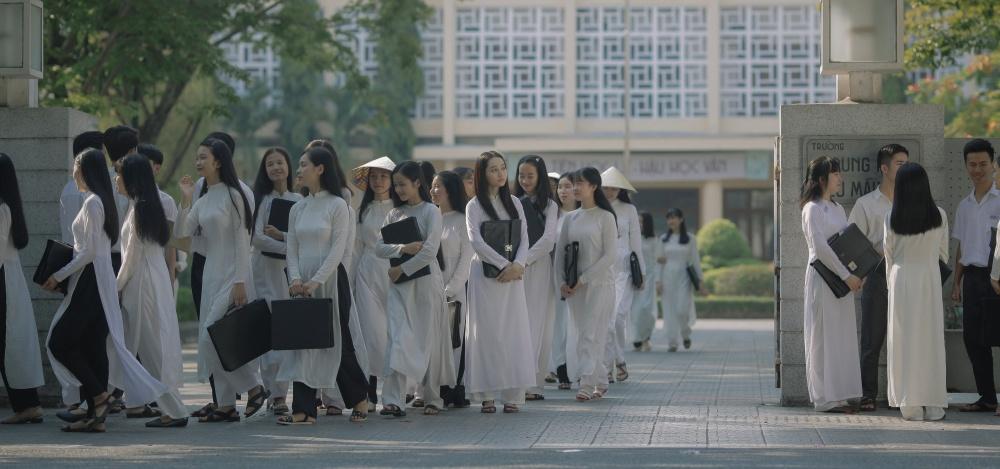 Hàng trăm nữ sinh mặc áo dài.