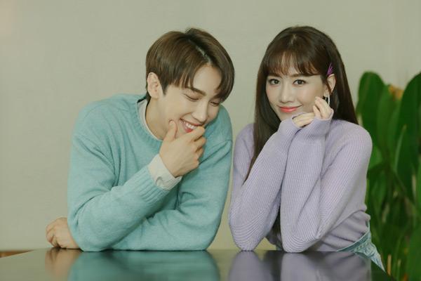 Trước đó, cả hai đã có màn song ca ăn ý khi lần đầu cùng thể hiện ca khúc ngay trên sân khấu concert kỷ niệm ca hát của Hari Won.