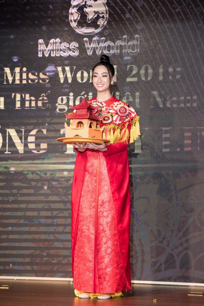 Lương Thuỳ Linh, Tường San cùng dàn mỹ nhân Việt 'kết' năm bằng màn trình diễn quốc phục ấn tượng 1