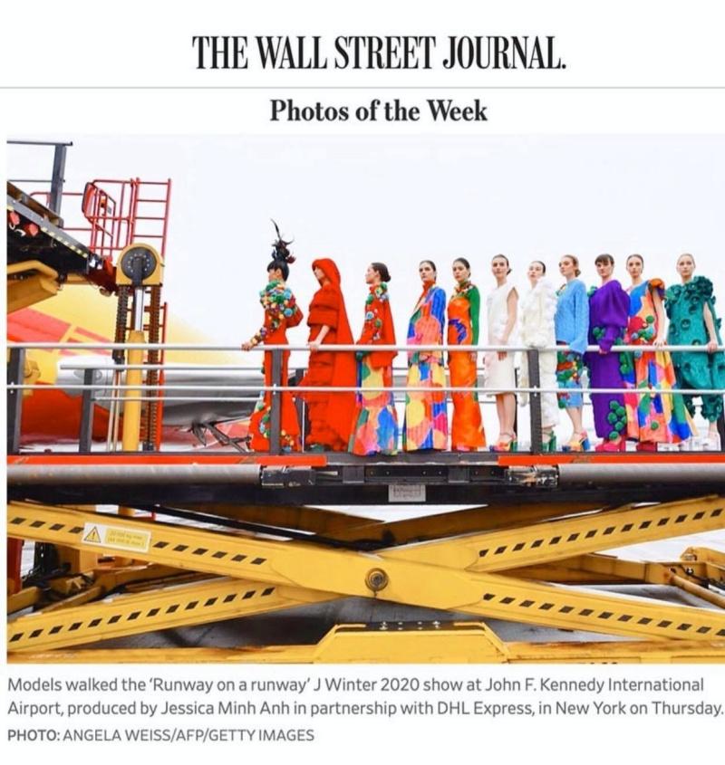 Hình ảnh kết show của BST được tạp chí The Wall Street Journal bình chọn là hình ảnh đẹp nhất trong tuần tại Mỹ.