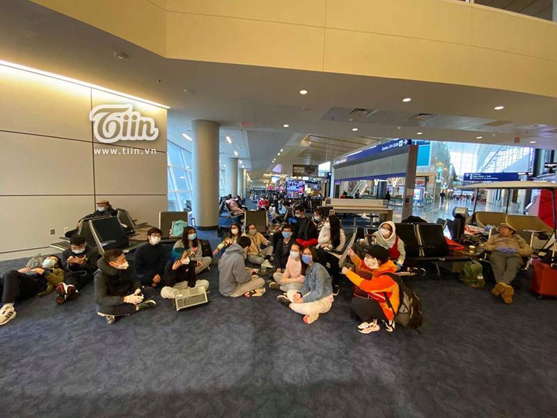 Đoàn du học sinh mệt mỏi trong khi chờ đợi tại sân bay(Ảnh: Violet Rose)