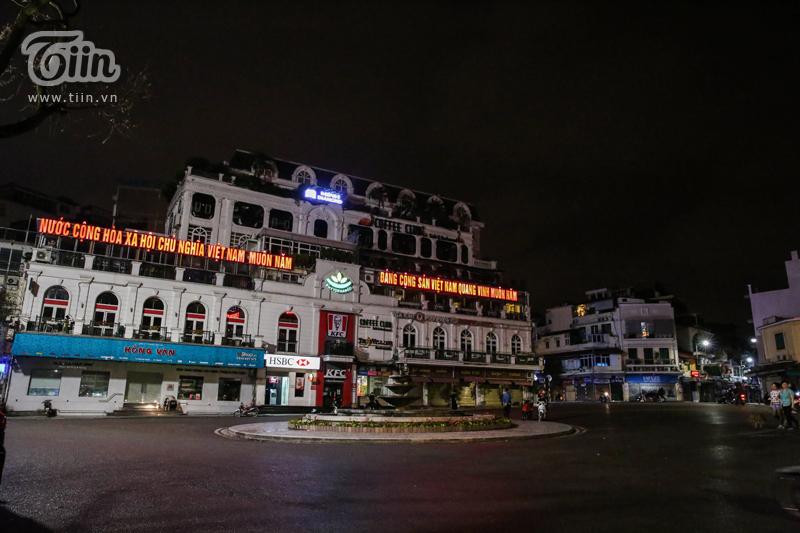Tất cả các quán cafe, địa điểm ăn uống nổi tiếng khu vực Hồ Gươm đều đóng cửa tối om hưởng ứng quyết định của UBND Thành phố nhằm ngăn ngừa dịch bệnh Covid-19.