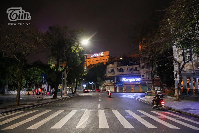 Cảnh tượng chưa từng thấy: Hàm cá mập và loạt địa điểm giải trí nổi tiếng Hà thành tắt điện tối om 4
