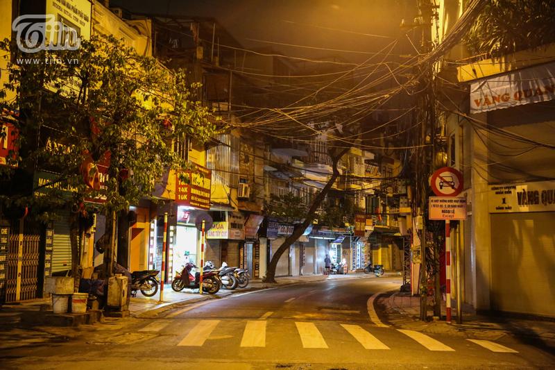 Đường phố Hà Nội lác đác vài người qua lại, đi dạo.