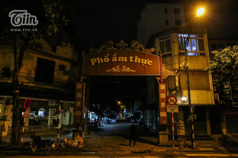 Phố ẩm thực Tống Duy Tân cũng im lìm chưa từng thấy.