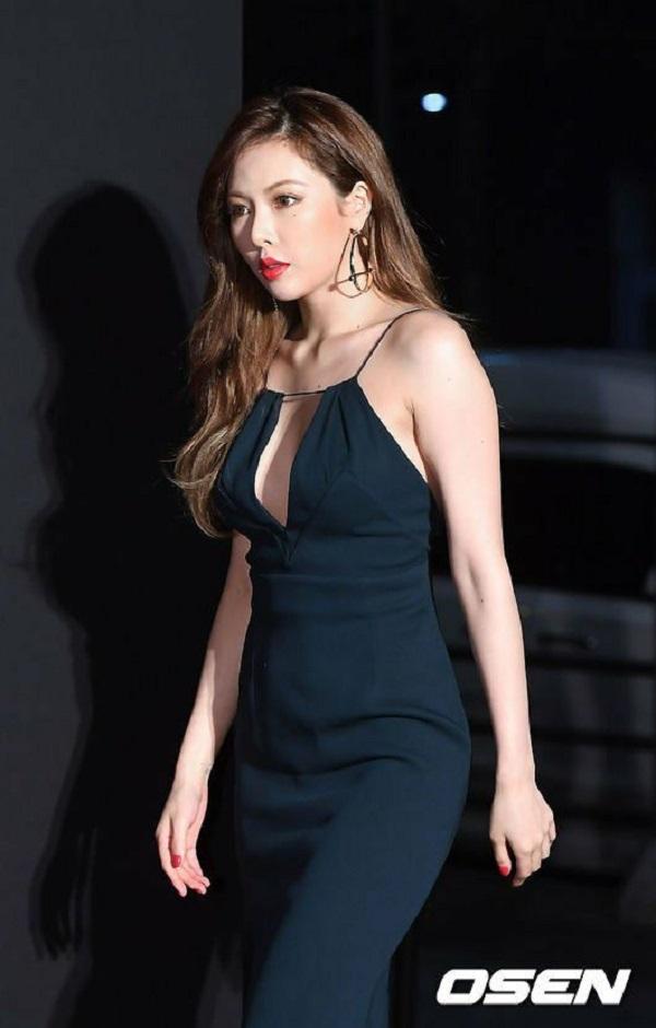 Không hổ danh là biểu tượng gợi cảm của xứ sở kim chi, Hyuna luôn khiến nhiều người phải ngoái nhìn khi xuất hiện cùng set đồ đen đầy lôi cuốn của mình. Quyến rũ trên thảm đỏ với chiếc váy khoét ngực hay nang động,kín đáo tại nơi phi trường, tất cả đều tạo ra một outfits cực kỳ 'chất' cho nữ ca sĩ vô cùng nóng bỏng này.