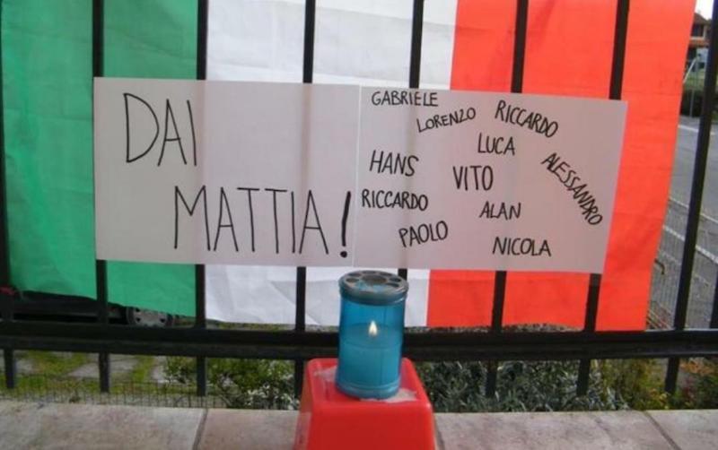 Ngọn nến trong thành phố thắp lên cầu nguyện cho Mattia. Ảnh: Corriere.