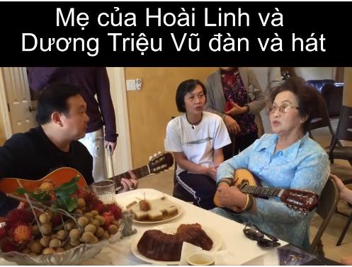 Nghệ sĩ Chí Tài say sưa đệm đàn...