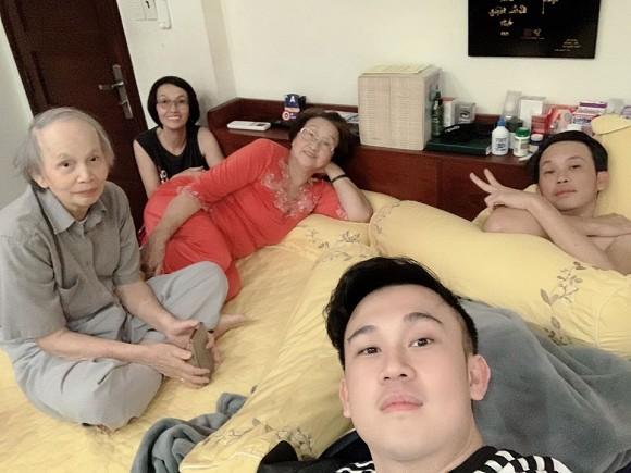 Mẹ Hoài Linh 82 tuổi vẫn minh mẫn đàn hát đầy chất nghệ sĩ cùng Chí Tài, dân mạng khen hết lời 4